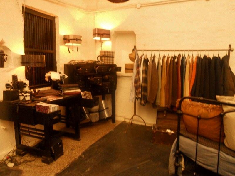 Les Parisiennes is a beautiful store offering vintage ensembles and Home decor accessories.